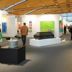 """art KARLSRUHE 2014, Fotos (c) Cornelia Kerber. www.cornelia-kerber.de (146) Skulpturenplatz. Galerie Rothamel, Erfurt """"Der letzte Streich"""" 2011, Holzsarg, Belugalinsen, Lack, Tierpräparate. Künstler: Eckart Hahn"""
